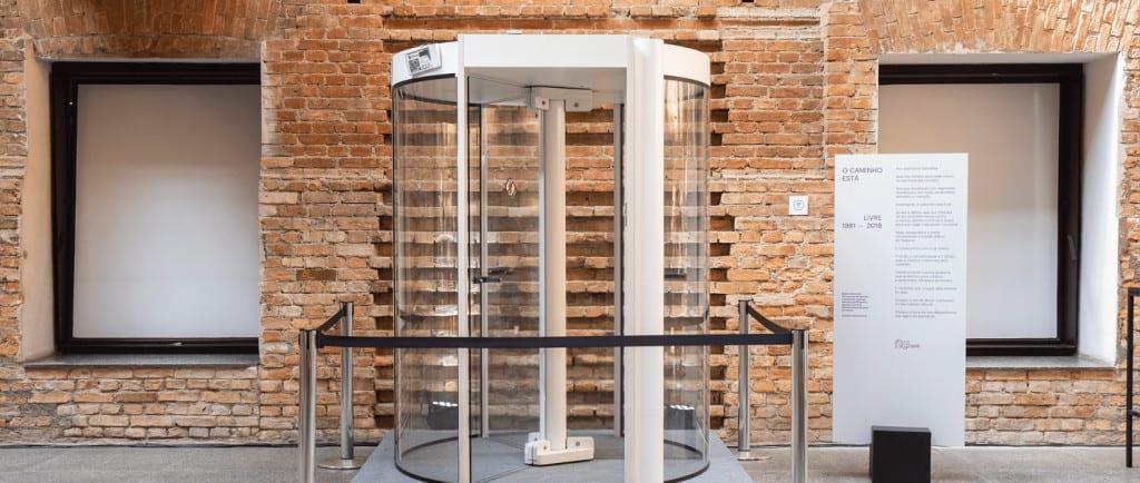banco no museu