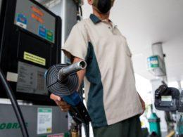 Petrobras anuncia segunda queda da gasolina nas refinarias em 2021