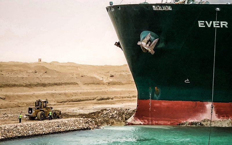 Navio é desencalhado no canal de Suez, mas prejuízos chegam a US$300 bilhões