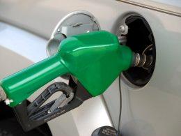 Com preço da gasolina alto, brasileiros recorrem ao gás de cozinha no carro